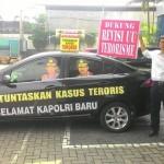 Bambang Saptono melakukan aksi unjuk rasa.
