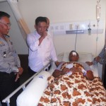Anggota Komisi III DPR, H. Imam Suroso memberi semangat setelah menyerahkan tiket umroh gratis kepada Bripka Bambang, korban bom bunuh diri di halaman Mapolresta Solo, yang hingga Sabtu (9/7/2016) masih dirawat di Ruang Anggrek, RS Panti Waluyo Solo. (Arif Fajar S/JIBI/Solopos)