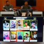 Petugas kepolisian menunjukkan foto 10 orang anggota kelompok Santoso yang tertembak oleh Satgas Operasi Tinombala 2016 di Mapolda Sulawesi Tengah, Palu, Kamis (30/6/2016). Sejak dilancarkannya Operasi Tinombala di Kabupaten Poso, Sulawesi Tengah Januari 2016 lalu, satu demi satu anggota kelompok Santoso berkurang karena menyerahkan diri, tertangkap hidup-hidup, hingga tertembak mati. (JIBI/Solopos/Antara/Basri Marzuki).