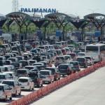 Kendaraan mengantre di pintu keluar tol Palimanan dari ruas jalan tol Cikopo-Palimanan (Cipali), Cirebon, Jawa Barat (1/7/2016). Antrean kendaraan tersebut bisa mencapai dua kilometer dan diprediksi pada puncak kepadatan di gerbang tol Palimanan total kendaraan bisa mencapai 65.000-70.000 per hari. (JIBI/Solopos/Antara/Rosa Panggabean)