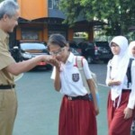 Gubernur Jateng Ganjar Pranowo disalami pelajar baru SMPN 2 Semarang, Senin (18/7/2016). (Facebook.com-Ganjar Pranowo)