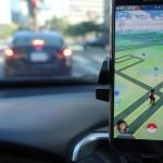 Ilustrasi mengemudi sambil bermain Pokemon Go. (Cnet.com)