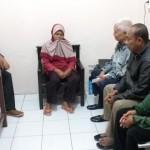 Wiji Lestari, 52, (tengah) dijemput keluarganya setelah ditangkap warga dan diserahkan ke Polsek Serengan, karena dicurigai sebagai pelaku penculikan anak, Selasa (26/7/2016). (Muhammad Ismail/JIBI/Solopos)