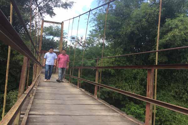 Anggota DPRD Bantul Komisi C saat melakukan sidak di jembatan Nambangan, Jumat (29/7/2016). Melihat kondisi jembatan yang sangat tidak layak DPRD Bantul akan segera mengusulkan kepada Pemerintah Provinsi untuk dilakukan perbaikan dan pembangunan jembatan. (Yudho Priambodo/JIBI/Harian Jogja)