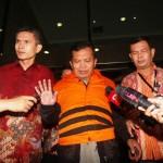Panitera Pengganti Pengadilan Negeri (PN) Jakarta Pusat, Santoso memakai rompi tahanan Komisi Peberantasan Korupsi (KPK) usai diperiksa secara intensif oleh penyidik KPK, Jakarta, Jumat (1/7/2016). Santoso resmi ditetapkan KPK sebagai tersangka usai Tim Satgas KPK melakukan operasi tangkap tangan (OTT) yang diduga menerima suap terkait penanganan perkara perdata yang tengah bersengketa di PN Jakpus. (JIBI/Solopos/Antara/Reno Esnir)