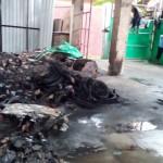 Karyawan membersihkan puing akibat musibah kebakaran di gudang Banoli, Gergunung, Klaten Utara, Sabtu (23/7/2016). Akibat musibah kebakaran itu, pengelola Banoli menderita kerugian mencapai jutaan rupiah. (Ponco Suseno/JIBI/Solopos)