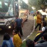 Para penumpang bus Mandala duduk-duduk di taman SPBU Jetak sembari melihat kondisi bus Mira yang rusak di bagian bodi kiri depan setelah kecelakaan lalu lintas di Jl. Solo-Sragen, Jetak, Sidoharjo, Sragen, Jumat (1/7/2016). (Tri Rahayu/JIBI/Solopos)