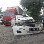 Salah satu mobil yang terlibat kecelakaan di Pertigaan UMS, Kartasura, Sukoharjo, Sabtu (23/7/2016) yaitu mobil Toyota Vios L 1013 WE bumpernya terlepas. (Iskandar/JIBI/Solopos)