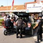 BOM SOLO : Polisi Bersenjata Lengkap Pantau Ketat Pengunjung Mapolres Karanganyar