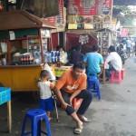 PKL di pusat kuliner Galabo menata perkakas hingga menggunakan badan Jl. Mayor Sunaryo, Pasar Kliwon, Solo, Rabu (27/7/2016). (Irawan Sapto Adhi/JIBI/Solopos)