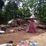 Rustini membawa kayu balok untuk membantu kedua saudaranya membangun kandang kambing dan dapur sementara di Dukuh Ngabeyan RT 005/RW 002, Desa/Kecamatan Kedawung, Sragen, Kamis (28/7/2016). (Tri Rahayu/JIBI/Solopos)