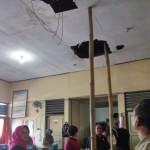 Ketua Komisi D DPRD Karanganyar, Endang Muryani, beserta rombongan mengecek kondisi Ruang TU SMAN 2 Karanganyar yang rusak parah, Selasa (19/7/2016) siang. (Kurniawan/JIBI/Solopos)