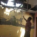 Seorang warga Karangmojo, Wahyono melihat dan menunjukkan bagian-bagian kerusakan Kantor Desa Karangmojo, di antaranya atap genting sudah bocor dan rawan roboh. Foto diambil, Kamis (21/7/2016). (Trianto Hery Suryono/JIBI/Solopos)