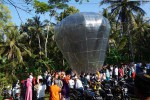 Warga Dusun Paingan, Sendangsari, Pengasih menerbangkan balon udara berukuran 15 meter seusai sholat Id. (Sekar Langit Nariswari)