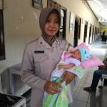 PEMBUANGAN BAYI SOLO : Bayi Berumur 7 Hari Dibuang di Depan Diler Sepeda Motor