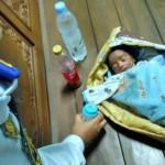 Seorang bayi laki-laki di Terminal Tirtonadi dilarikan ke rumah sakit karena kondisinya yang lemas. Sebelumnya, kasus ini dilaporkan ke Pospam yang berada di terminal karena ada kecurigaan human traficking. (Istimewa)