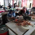 Pedagang daging ayam dan ikan laut menunggu pembeli di Pasar Jungke, Karanganyar, Jumat (15/7/2016). (Kurniawan/JIBI/Solopos)