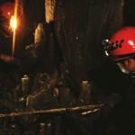 Personel Acintyacunyata Speleological Club sedang memetakan salah satu lorong gua saat Ekspedisi Speleologi Sumba 2010 lalu. (Dok.Asc)