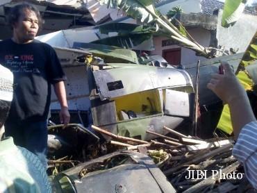 Helikopter TNI AD yang jatuh di Sleman, Jumat (8/7/2016) sore. (Istimewa/@gcosawit/@JogjaUpdate)