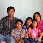 Ima Matul Maisaroh (paling kanan) dan keluarga. (Istimewa/Facebook)