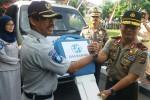 Kepala Cabang PT Jasa Raharja DIY I Ketut Suardika (kiri) saat menyerahkan hibah satu unit mobil ambulan kepada Kapolda DIY Brigjen Pol Prasta Wahyu Hidayat (kanan), Kamis (30/6/2016). (Foto istimewa)