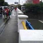 Suasana jembatan Gilingan, Banjarsari, Solo, yang ramai dilalui kendaraan roda dua maupun roda empat, Selasa (26/7/2016). Banyak pengendara yang masih membuang sampah ke sungai dari jembatan. (Irawan Sapto Adhi/JIBI/Solopos)