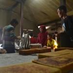 Seorang pengrajin jenang, Sukardi (kiri) sibuk melayani pembeli di rumahnya di Kelurahan Joho, Kecamatan Sukoharjo, Senin (11/7/2016). Jenang menjadi oleh-oleh khas Sukoharjo yang menjadi incaran para pemudik saat Lebaran. (Bony Eko Wicaksono/JIBI/Solopos)