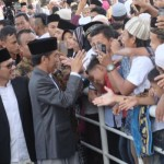 Warga Padang berebut salaman dengan Presiden Jokowi seusai Salat Id (detikcom)