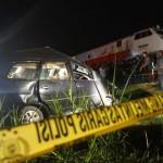 Sebuah mobil ringsek tertabrak KA Begawan jurusan Purwokerto menuju Solo di Ngulakan, Hargorejo, Kokap, Senin (11/7/2016) malam. (Sekar Langit Nariswari/JIBI/Harian Jogja)