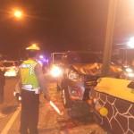 Mobil Suzuki Ertiga menabrak tiang lampu di timur Jembatan Mungkung, Sidoharjo, Sragen, Sabtu (30/7/2016) malam. Polisi dan warga berusaha mengevakuasi mobil milik wong Solo itu. (Tri Rahayu/JIBI/Solopos)