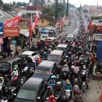 Kemacetan terjadi di depan Pasar Tawangmangu, Sabtu (9/7/2016). Kemacetan di Jalur Karanganyar-Tawangmangu terjadi lebih dari 3 kilometer dari Pertigaan Somokado hingga depan Pasar Tawangmangu. (Sri Sumi Handayani/JIBI/Solopos)