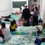 Warga Gondangtani terpaksa dirawat di ruang aula Puskesmas Gondang, Rabu (13/7/2016). Langkah itu dilakukan karena ruang rawat inap puskesmas penuh akibat banyaknya warga yang mengalami keracunan. (Moh. Khodiq Duhri/JIBI/Solopos)