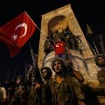 Militer Turki berjaga dekat Taksim Square saat warga mengibarkan bendera Turki di Istanbul, Sabtu (16/7/2016). (JIBI/Reuters)