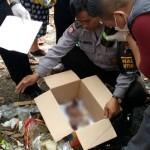 Anggota Polresta Solo melakukan pengambilan jenazah bayi yang ditemukan di TPS Pajang, Laweyan di Jl. Transito, Rabu (13/7/2016). (Muhammad Ismail/JIBI/Solopos)