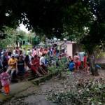 Warga mengerubungi pekarangan belakang sebuah rumah di Desa Gawan, Tanon, Sragen, tempat penemuan mayat laki-laki bernama Heru Subagyo, Rabu (20/7/2016).(Moh Khodiq Duhri/JIBI/Solopos)