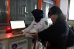 Petugas membantu seorang calon penumpang dengan mesin CIM di Stasiun Tugu, Jogja, beberapa waktu lalu. (Kusnul Isti Qomah/JIBI/Harian Jogja)