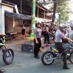 Polisi menjaga lokasi penemuan mortir berdaya ledak tinggi di Gadingan, Trunuh, Klaten Selatan, Sabtu (16/7/2016). Polres Klaten masih menyelidiki pemilik mortir buatan PT Pindad (Persero) tersebut. (Ponco Suseno /JIBI/Solopos)