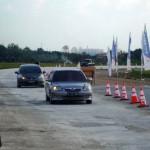 Dua mobil dari luar daerah melintas di jalur mudik berdekatan dengan pintu keluar tol di Pungkruk, Kecamatan Sidoharjo, Sragen, Jumat (1/7). Arus lalu lintas di jalan tol Solo-Kertosono belum begitu padat. (Tri Rahayu/JIBI/Solopos)
