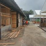 Sejumlah pekerja menyelesaikan bangunan kios pasar darurat bagi pedagang Pasar Matesih, Karanganyar, Sabtu (16/7/2016). (Kurniawan/JIBI/Solopos)