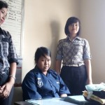 Indriyani Cahyaningtyas, 20 (tengah) pelaku pembuangan bayi di kawasan UNS Solo ditangkap Polsek Jebres, Rabu (13/7/2016). (Muhammad Ismail/JIBI/Solopos)