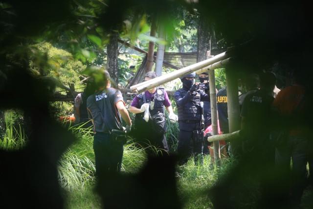 Polisi mengamankan barang bukti saat penggledahan di kandang ayam di Gedongjetis, Tulung, Klaten, Sabtu (23/7/2016). Penggledahan tersebut terkait dengan penangkapan empat terduga teroris jaringan Nur Rohman. (Nicolous Irawan /JIBI/Solopos)