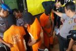 Tiga pelaku pencurian (mengenakan penutup kepala) dengan kekerasan saat dibawa ke Mapolres Sleman, Senin (25/7/2016). (Sunartono/JIBI/Harian Jogja)