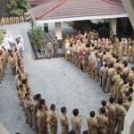 Antrean ratusan PNS mengular saat pelaksanaan halal bihalal usai apel pagi di kantor Bupati Kulonprogo, Wates, Senin (11/7/2016). (Sekar Langit Nariswari/JIBI/Harian Jogja)