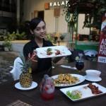Karyawati Ralana Eatery Solo, Margareta Galuh Vitaloka, menunjukkan lasagna rendang di resto setempat, Kamis (30/6/2016). (Shoqib Angriawan/JIBI/Solopos)