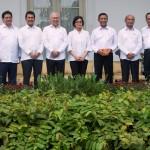 Menko Polhukam Wiranto (keempat kanan), Menkeu Sri Mulyani (tengah), Menhub Budi Karya Sumadi (Kedua kanan), Mendikbud Muhadjir Effendy (ketiga kanan), Menteri ESDM Archandra Tahar (kanan), Menperin Airlangga Hartarto (kedua kiri), Menteri PAN dan RB Asman Abnur (ketiga kiri), Menteri Desa, PDT dan Transmigrasi Eko Putro Sandjojo (kiri) dan Mendag Enggartiasto Lukita (keeempat kiri) berfoto bersama usai diumumkan Perombakan Kabinet Jilid II oleh Presiden Joko Widodo di Istana Merdeka, Jakarta, Rabu (27/7). Presiden Joko Widodo melakukan perombakan terhadap 13 pos kementerian dalam Kabinet Kerja. (JIBI/Solopos/Antara/Widodo S. Jusuf)
