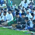 Bupati Karanganyar, Juliyatmono, dan Wabup Karanganyar, Rohadi Widodo, (tengah) membaur bersama jemaah Salat Idul Fitri di Lapangan Bener, Tawangmangu, Rabu (6/7/2016). (Kurniawan/JIBI/Solopos)