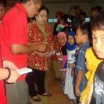 Plh. Ketua DPC PDIP Sragen Nuniek Sri Yuningsih (batik) menyantuni puluhan anak yatim dalam acara buka puasa bersama ratusan kader PDIP di Gedung Kartini Sragen, Minggu (3/7/2016). (Tri Rahayu/JIBI/Solopos)