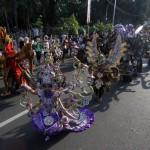 Peserta Solo Batik Carnival (SBC) 9 menari dan memamerkan kostum kepada tamu undangan dan warga di Jl. Bhayangkara, Sriwedari, Solo, Minggu (24/7/2016). SBC 9 yang bertema Mustika Jawa Dwipa tersebut diikuti 300an peserta. (Ivanovic Aldino/JIBI/Solopos)