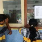 Orang tua siswa mengintip dari jendela untuk melihat anaknya yang mulai belajar di dalam ruang kelas di SDN Nogopuro Depok Sleman, Senin (18/7/206). (Sunartono/JIBI/Harian Jogja)
