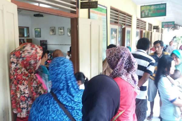 Orang tua siswa menunggui anaknya di depan ruang kelas di SDN Nogopuro Depok Sleman, Senin (18/7/206). (Sunartono/JIBI/Harian Jogja)